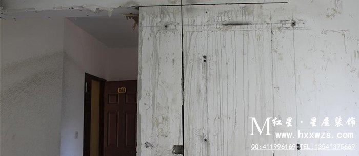 """对于""""砖混""""结构的建筑,凡是预制板墙一律不能拆除,也不能开门开窗."""